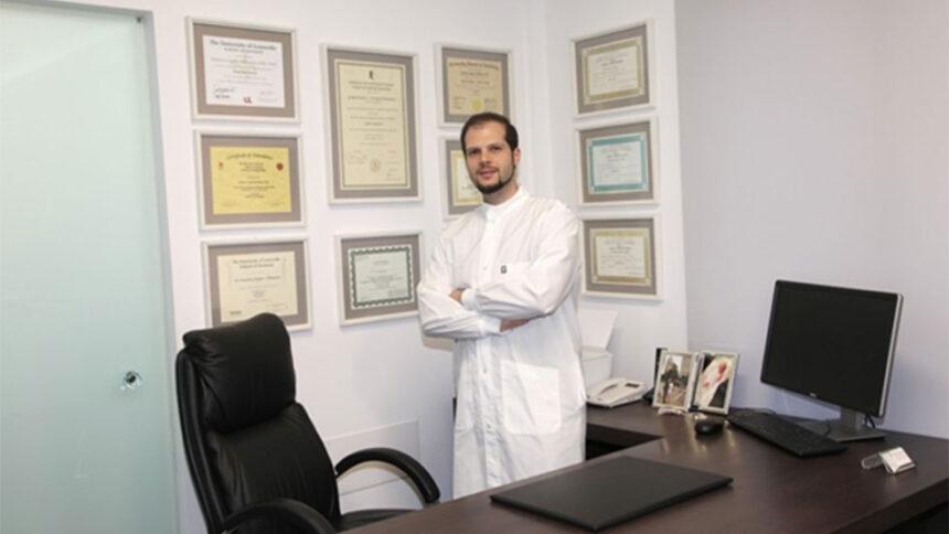 Ένα απόγευμα στο χειρουργείο με τον περιοδοντολόγο Δημήτρη Ξυγκά