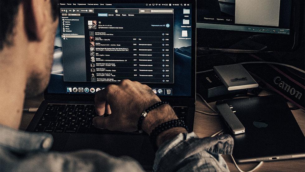 3 ώρες στον υπολογιστή αρκούν για να βλάψουν την στοματική υγεία